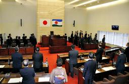 臨時会で行われた国歌斉唱=赤穂市議会