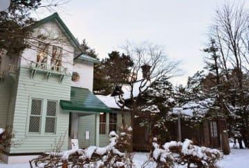 昨年6月に一般公開を再開した旧永山武四郎邸(右)と旧三菱鉱業寮