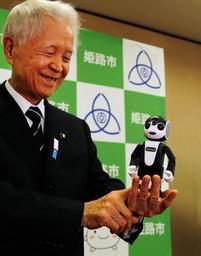 姫路市立の全小学校に導入されるロボット「ロボホン」を手にする石見利勝市長=姫路市役所