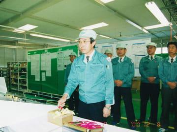 タイヤ空気圧監視システム「TPMS」の量産を開始する北大垣工場でのラインオフ式で稼働スイッチを押す小川信也=2000年