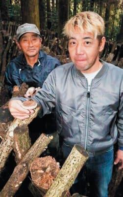 国東半島でシイタケ栽培を長年続けてきた清原米蔵さん(左)と期待の弟子、末綱宣崇さん=2018年11月、国東市