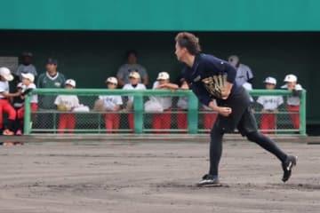 ベンチに招き入れた子供たちの前でキャッチボールを行うソフトバンク・東浜【写真:福谷佑介】