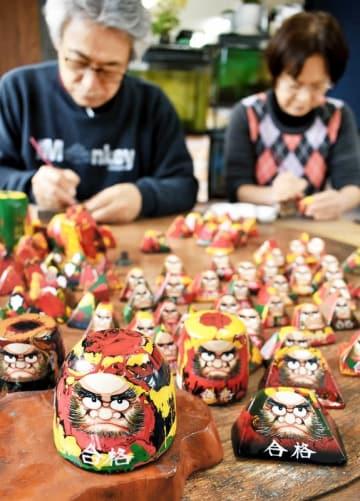 受験シーズン本番に向けてピークを迎えている合格ダルマ作り=1月7日、福井県小浜市福谷のツカモト民芸センター