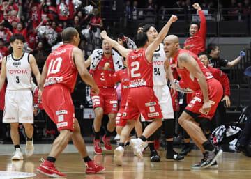 A東京に逆転勝ちで決勝進出を決め、大喜びする千葉・パーカー(右端)ら千葉の選手たち=さいたまスーパーアリーナ