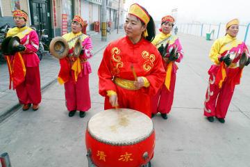 春節控え鳴り響く銅鑼や太鼓 河北省石家荘市