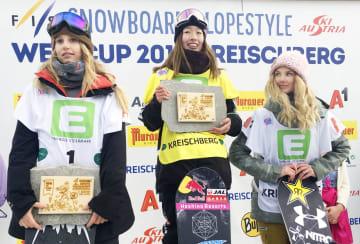 スノーボードのW杯女子スロープスタイルを制した鬼塚雅(中央)=クライシュベルク(共同)