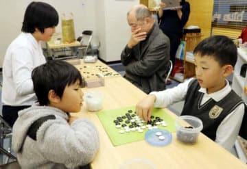 囲碁教室で対局する子どもたち(中区のBluestoneこども囲碁教室)