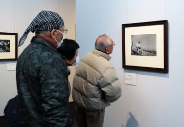 ロバート・キャパの代表作「崩れ落ちる兵士」に見入る来場者=土浦市大和町、根本樹郎撮影