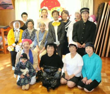多彩な衣装に身を包んで地域に元気を届けている「けとろく劇団」のメンバー