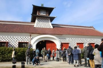 約2年半ぶりに一般公開され、多くの見学者が集まった旧新潟税関庁舎=12日、新潟市中央区柳島町2