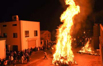 【高く燃え上がるどんどの火柱=四日市市東富田町の西広場で】