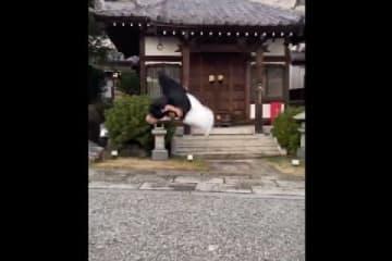僧衣でバク宙(https://twitter.com/bayashi567/status/1081094859673333761より)
