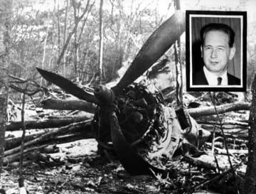 1961年9月、飛行機事故で死亡したハマーショルド国連事務総長と墜落現場(AP=共同)