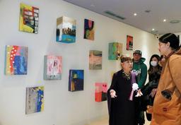 新設の展示コーナーで自作を語るコシノヒロコさん(左)=神戸市東灘区向洋町中2