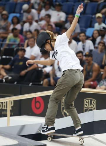 スケートボード・ストリートの世界選手権で演技を披露する西村碧莉=リオデジャネイロ(共同)