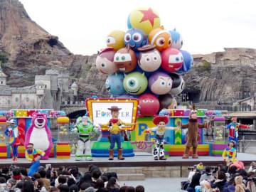 「トイ・ストーリー」などピクサー映画のキャラクターが大集合する「ピクサー・プレイタイム・パルズ」=浦安市の東京ディズニーシー