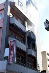 火災で煙が上がるマンション=西宮市甲子園七番町