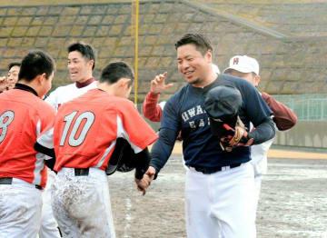 試合を終え中学生チームと握手を交わす岩村明憲さん(手前右)ら=12日午後、宇和島市和霊町