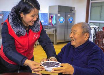 高齢者施設へぬくもりを届ける臘八節 河北省安平県