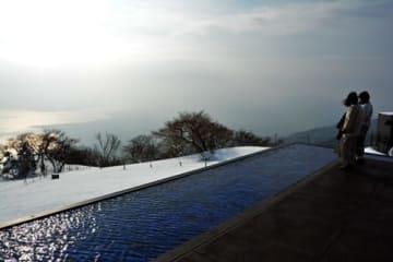 雪景色の中、琵琶湖を見下ろす「びわ湖テラス」(大津市木戸・びわ湖バレイ)