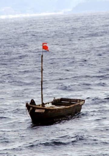 青森県深浦町の沖合を漂流していた木造船=13日午前11時30分ごろ(第2管区海上保安本部提供)