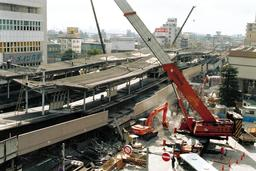 崩壊したJR六甲道駅。懸命の復旧工事が続いた=1995年1月25日