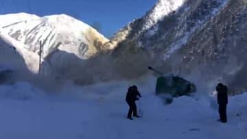 ロシア式の除雪作業 大砲射撃で高速道路の雪崩を解消