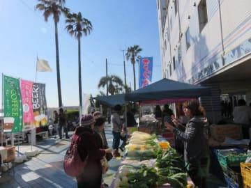 新鮮な地元の野菜や魚介類が並んだ朝市=三浦シーサイドホテル