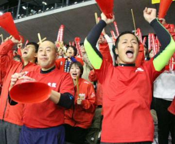 大きな声援を送る東九州龍谷の応援団=13日、東京・武蔵野の森総合スポーツプラザ
