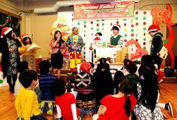 昨年12月に行われた「ラテンクリスマス」。大学生手づくりの紙芝居を、子どもたちが興味深く見入った=海外移住と文化の交流センター(ミルバ・カパビアンカさん提供)