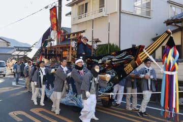 【約60年ぶりに復活した関船を引いて町内を進む男衆=紀北町で】