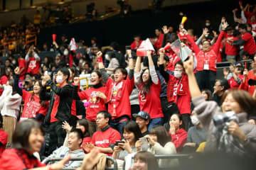 千葉ジェッツ-栃木の天皇杯全日本選手権決勝で、延長の末、逆転勝ちして喜ぶジェッツ応援席=13日、さいたまスーパーアリーナ