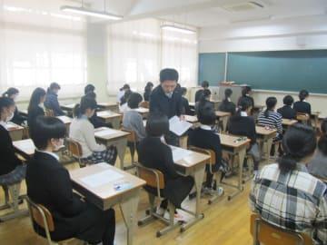 試験開始を待つ受験生=長崎市立山5丁目、県立長崎東中