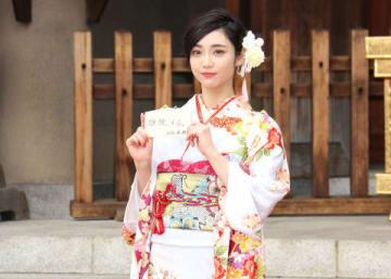 晴れ着姿でインタビューに応じた山谷花純さん