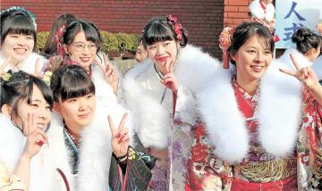 友人たちと笑顔で記念写真を撮る岡崎さん(右から2人目)=宮古市民文化会館