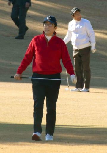 秘書官らとゴルフを楽しむ安倍首相=14日午前、東京都稲城市