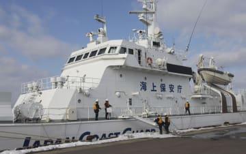 北朝鮮から来たとみられる男性2人を乗せた巡視船=14日午後、青森市の青森港