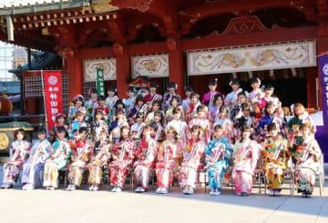 神田明神で開かれた成人式記念撮影会に登場したAKB48グループの新成人メンバー