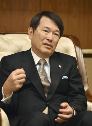 インタビューに応じる大阪商工会議所の尾崎裕会頭