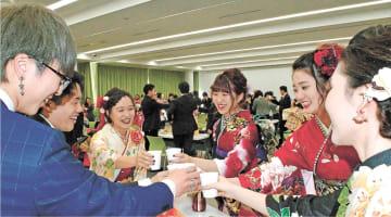 懇親会で再会を喜ぶ新成人=福島県富岡町文化交流センター