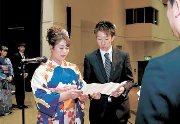 誓いの言葉を述べる榊原さん(左)と関さん