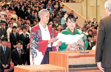 新成人代表の言葉を述べる加藤さん(左)と小野寺さん