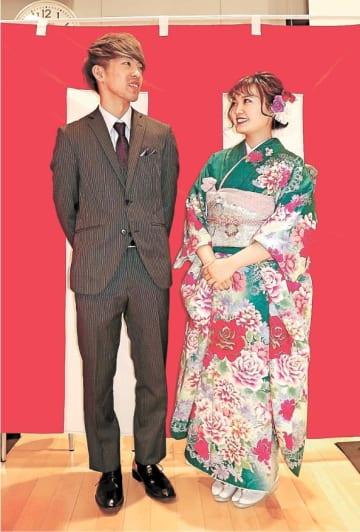 式典を終え、感想を述べ合う佐藤さん(左)と平間さん