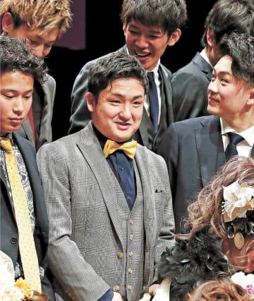 震災当時、大川小6年だった鈴木さん(中央)。成人式終了後、中学時代の仲間と記念撮影に臨んだ