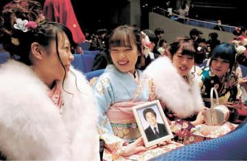 松原君の遺影を携えて式に臨む田中さん