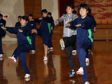 【日体大の女子駅伝選手(右から2人目)に習って運動する高城中学校の生徒=和歌山県みなべ町滝で】