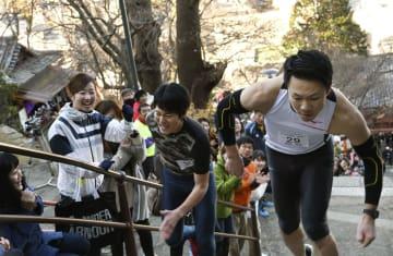 「福開き速駈詣り」で石段を駆け上る参加者=14日、和歌山市の紀三井寺