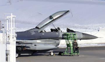 緊急着陸した米軍のF16戦闘機=14日午後2時58分、青森空港