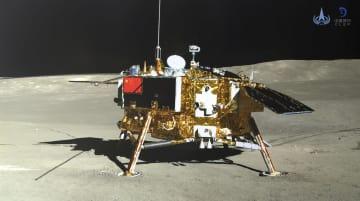 月面の裏側で探査車「玉兎2号」から撮影した無人探査機「嫦娥4号」。中国国家宇宙局が11日公開した(新華社=共同)