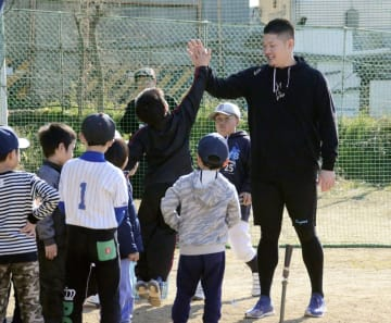 野球未経験の子どもを対象にした体験会でタッチを交わすDeNAの筒香嘉智外野手(右端)=14日、堺市